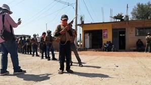 Crianças mexicanas aprendem a usar armas para se protegerem dos cartéis de droga