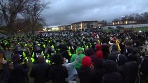 Manifestantes protestam em frente à esquadra de polícia do Minnesota após morte de jovem negro