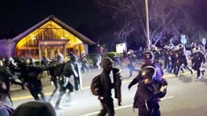 Manifestantes envolvem-se em confrontos com a polícia após morte de jovem negro nos EUA