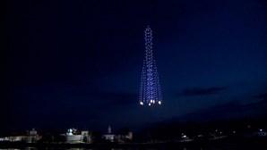 500 drones desenham foguete no céu para celebrar primeiro voo de Gagarin ao espaço