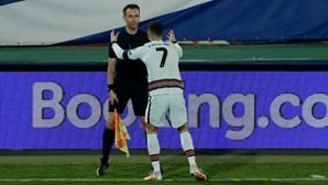 Árbitro assistente que não viu golo de Cristiano Ronaldo na Sérvia afastado do Euro'2020