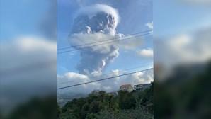 Vulcão de ilha nas Caraíbas expele nuvem de cinzas após violenta erupção