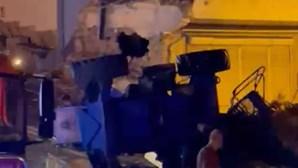 Camião desgovernado colide contra duas casas e mata condutor em Mafra