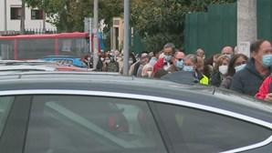 Mais de 150 pessoas esperam em pé e à chuva em Loures para receber vacina da Covid-19
