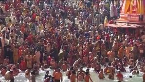 Milhares juntam-se no rio Ganges em celebração hindu enquanto casos de Covid-19 disparam na Índia