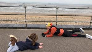 Homem desconhecido deita-se no chão para acalmar menino autista e evita crise de uma hora