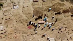 Cemitério em Nova Deli sem espaço devido ao aumento de mortes por Covid-19