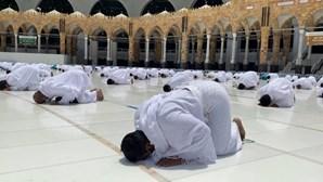 Máscara e distanciamento físico marcam orações do Ramadão em Meca