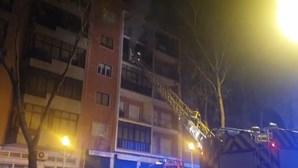 Incêndio deflagra em quarto andar de prédio em Lisboa
