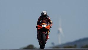 """Miguel Oliveira admite não estar """"a 100 por cento"""" após queda na qualificação no MotoGP de Portugal"""