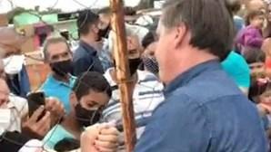 Sem máscara, de mãos dadas e a tirar 'selfies': Bolsonaro aparece em ajuntamento em cidade brasileira