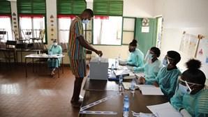 """Cabo-verdianos começaram cedo a votar na legislativas com """"respeito"""" pela pandemia"""