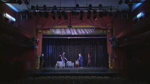 As luzes voltam a acender nos teatros depois de mais de três meses fechados, mas com regras. Saiba quais