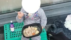 Imagem de menina de quatro anos a jantar na rua gera revolta contra governo irlandês