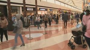 Longas filas marcam reabertura dos centros comerciais
