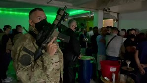 Polícia brasileira trava várias festas ilegais em São Paulo no pico da pandemia