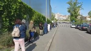 Atraso no transporte de vacinas contra a Covid-19 provocou filas à entrada de pavilhão em Gaia