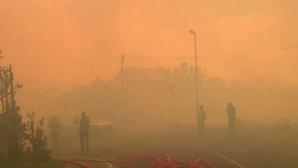 Incêndio florestal cobre subúrbios da Cidade do Cabo com espessas nuvens de fumo