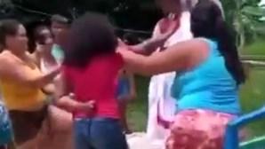 Crianças penduradas em cruzes para acabar com a pandemia salvas pela polícia no Brasil