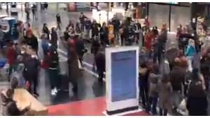 Flashmob transforma Gare de l'Est, em Paris, num palco de música e dança contra o medo