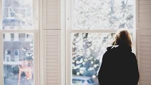 Mulher diz-se obrigada a vender casa de sonho porque consegue ver o vizinho a tomar banho enquanto come