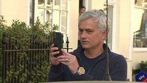 """""""Vais estar no meu Instagram"""": Mourinho filma aparato de jornalistas à sua volta e publicavídeo nas redes"""