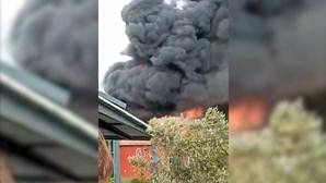 Incêndio consumiu edifício devoluto em Paço de Arcos