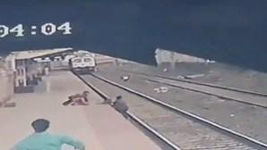 Homem salva criança caída nos carris momentos antes de comboio passar