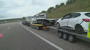 Carros caem de reboque e provocam acidente na A1