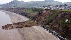 Imagens de drone mostram derrocada de falésia perto de moradias no País de Gales