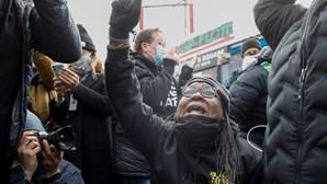 Dezenas de pessoas reagem à condenação de ex-polícia pela morte de George Floyd