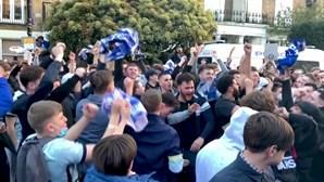 """""""Fizemos História!"""": Adeptos do Chelsea reagem à notícia da possível saída do clube da Superliga"""
