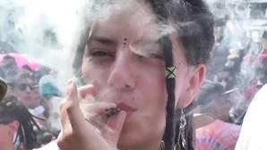 Centenas de pessoas fumam marijuana em frente ao Senado do México