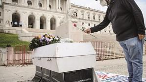 Caixão branco e coroa de flores: Cultura sai à rua em protesto