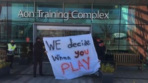 Adeptos do Manchester United 'invadem' centro de treinos em protesto contra participação na Superliga