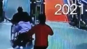 Mulher salva homem em cadeira de rodas desgovernada e evita acidente com criança. Veja o momento
