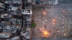 Índia faz cremações em massa devido ao aumento de mortes por Covid-19