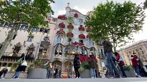 Rosas vermelhas decoram a Casa Batlló para celebrar o Dia de Sant Jordi em Barcelona