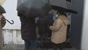 Dezenas de pessoas esperam à chuva para receber vacina da Covid-19 em Valongo