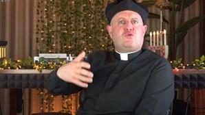 """""""Acendei velinhas"""", diz padre DJ em anúncio a casa de apostas desportivas online. Veja as imagens"""