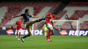Benfica vence Santa Clara por duas bolas a uma e pressiona dragões