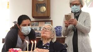 Idosa comemora 108 anos em lar de Faro após sobreviver à Covid-19