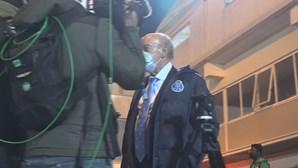 Empresário que agrediu repórter da TVI 'apanhado' a entregar algo a segurança do FC Porto
