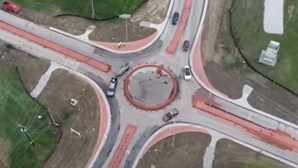 Cidade nos EUA estreia primeira rotunda e condutores confusos lançam caos. Veja as imagens