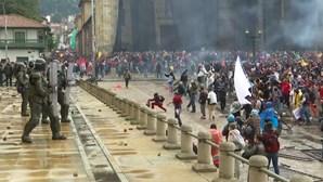 Reforma tributária gera violentos protestos na Colômbia