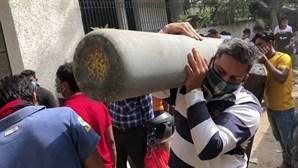 A procura desesperada por oxigénio na Índia