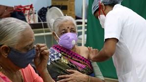 Índia regista menos de 400 mil casos de Covid-19 pela primeira vez em cinco dias