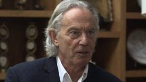 O cabelo pode enganar mas este é mesmo Tony Blair, antigo primeiro-ministro britânico