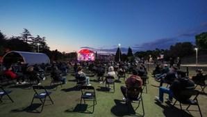 Espetáculo de humor em Braga lotado com 400 pessoas. Veja as imagens