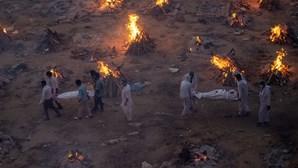 Hospitais lotados e cremações em massa: Índia desespera com segunda vaga da Covid-19